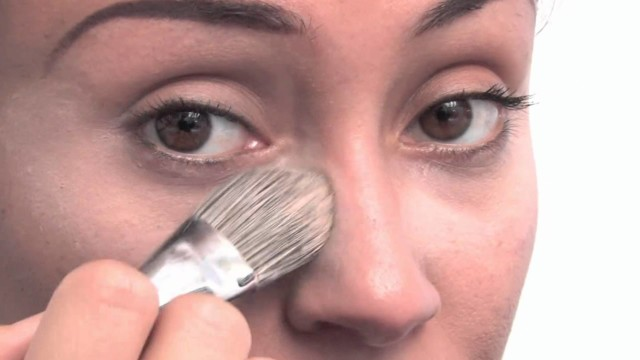 Makeup for Caramel Skin : Ways to Cover Bags Under the Eyes With Makeup for Caramel Skin